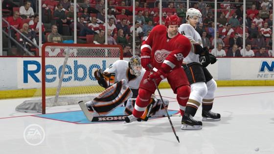 стараются занять позицию прямо перед воротами, специально заслоняют обзор и отвлекают вратаря - NHL 12